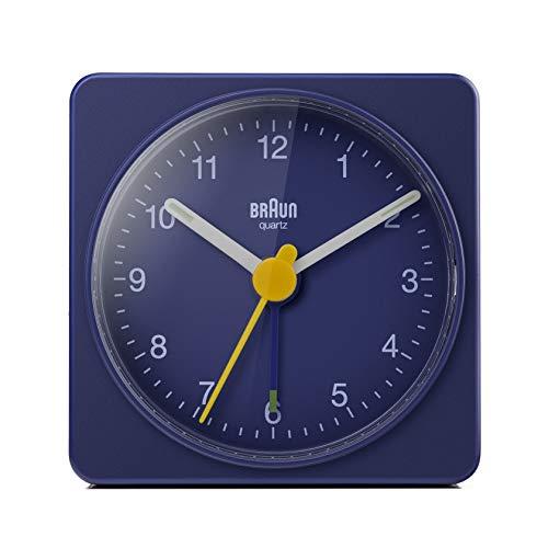 Braun Klassischer analoger Reisewecker, kompakte Größe, ruhiges Quarzuhrwerk, Crescendo-Alarm in Blau, Modell BC02BL